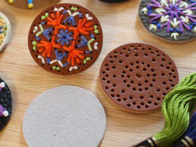 自由に刺繍して作る革のブローチキット